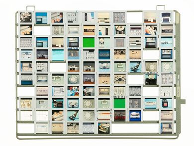 The 35mm slides can be inserted into the rectangular metal frame via side rails. Ten slides fit next to each other in a row, resulting in a horizontal row of images. In total, each frame consists of ten rows, one above the other.